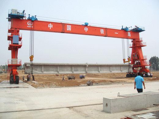 cầu trục bánh lốp nâng dầm 50 tấn