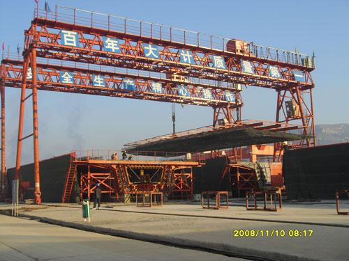 cổng trục chạy ray 50 tấn