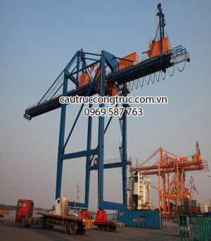 cầu trục bốc xếp hàng ngoài cảng